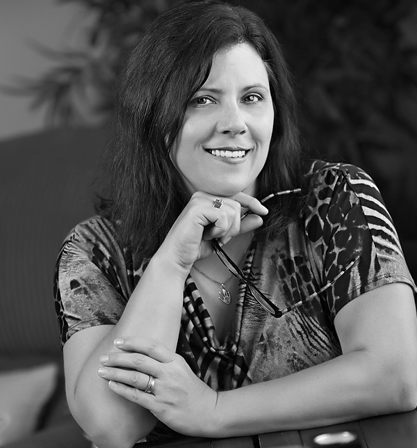 Lisa author pose